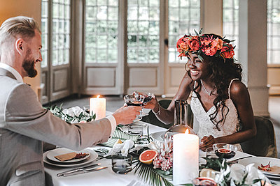 Wedding couple, Prost - p680m2177531 by Stella Mai