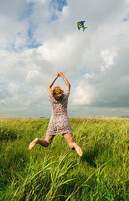 kite flying friesland - p1132m925500 by Mischa Keijser