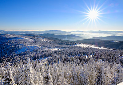 Germany, Bavaria, Bavarian Forest in winter, View from Great Arber southwest - p300m1416670 by Martin Siepmann