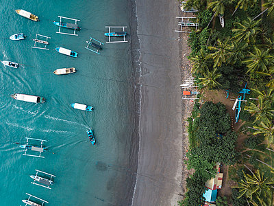 Indonesia, Bali, Aerial view of banca boats and beach - p300m2042622 by Konstantin Trubavin