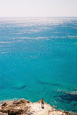 Men swimming - p931m1065819 by Jane Yeomans