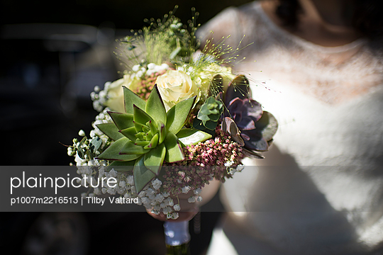 Woman holding bridal bouquet, close-up - p1007m2216513 by Tilby Vattard