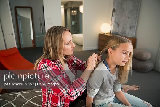 Mutter frisiert ihre Tochter - p1192m1107827f von Hero Images