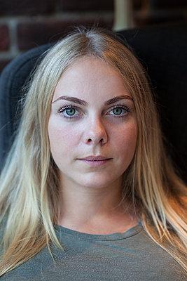 Portrair einer blonden Frau - p045m2008424 von Jasmin Sander
