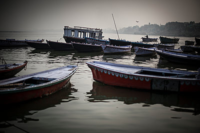 Empty boats on the Ganges - p1007m1144371 by Tilby Vattard