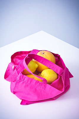 Shopping bag of fruits - p1149m1525359 by Yvonne Röder