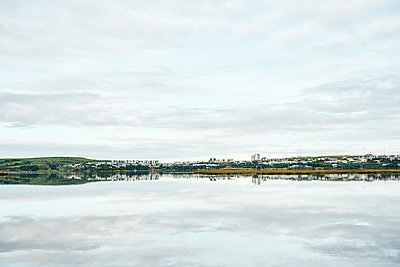 Countryside along coast of lake on horizon - p1166m2157253 by Cavan Images