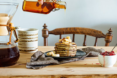 Pouring honey on pancakes - p312m1548577 by Johner