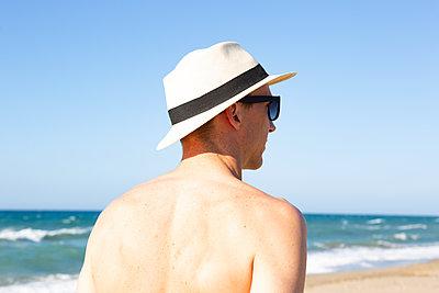 Mann am Meer - p454m2031889 von Lubitz + Dorner