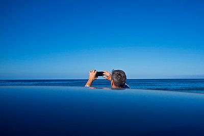 Man Taking Photograph - p669m883933 by David Harrigan