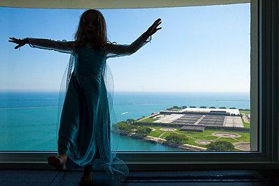 Mädchen am Fenster - p756m938643 von Bénédicte Lassalle