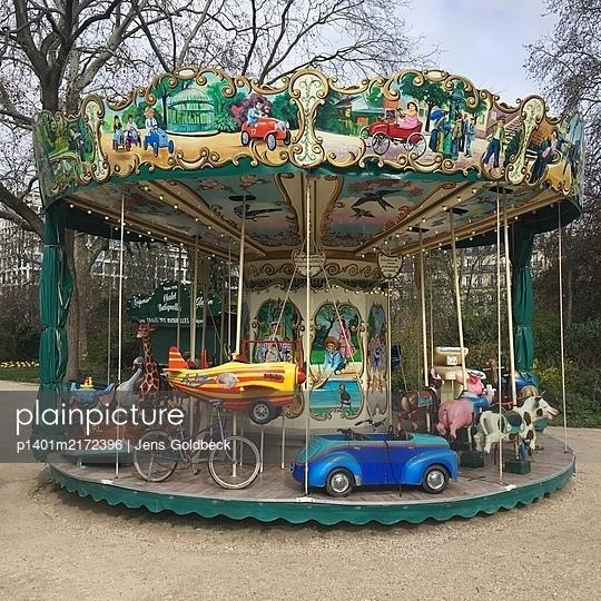 Altmodisches Kinderkarussell, Square des Batignolles, Paris - p1401m2172396 von Jens Goldbeck