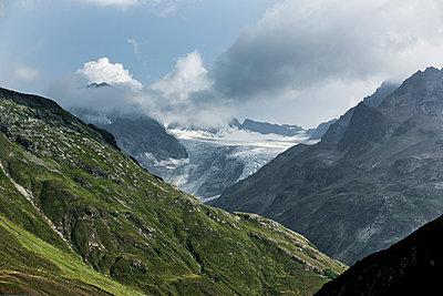 Berglandsachft mit Wolken - p248m1058281 von BY