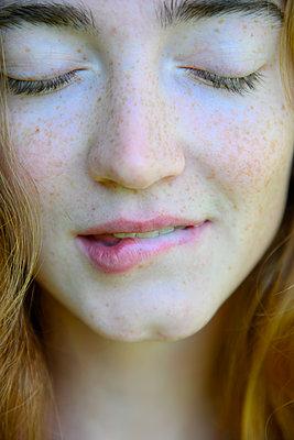 Junge Frau beißt sich auf die Lippen - p427m2210826 von Ralf Mohr