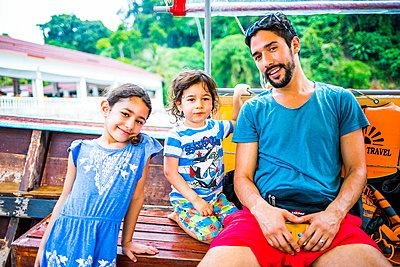 Familientour auf dem Boot in Thailand - p680m1515295 von Stella Mai
