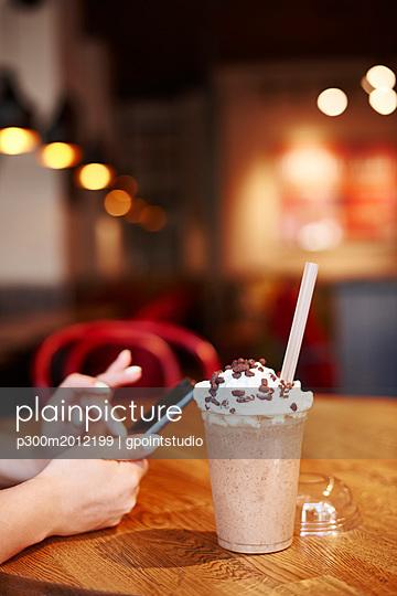 Plastic cup of iced coffee - p300m2012199 von gpointstudio