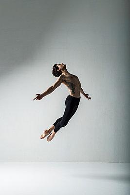 Ballet dancer - p1139m2216290 by Julien Benhamou