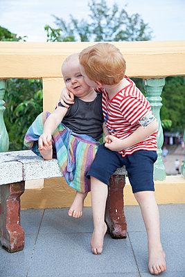 Zwei Brüder umarmen sich - p238m1588914 von Anja Bäcker