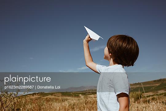 Kleiner Junge mit Papierflieger - p1623m2289587 von Donatella Loi