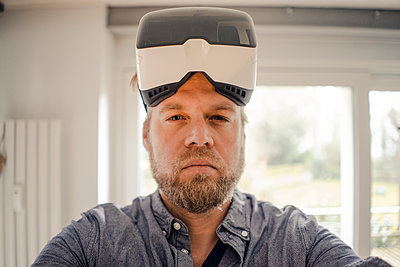 Mature man taking selfie of himself, wearing VR glasses, looking cool - p300m1587337 von Gustafsson