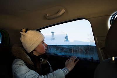 Girl looking out of car window - p429m2019391 by Chuvashov Maxim
