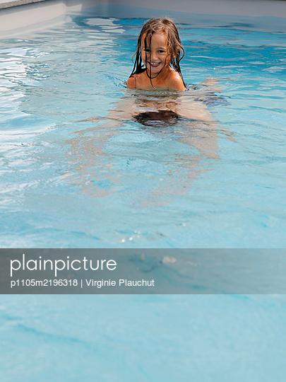 Little girl in the swimmingpool - p1105m2196318 by Virginie Plauchut