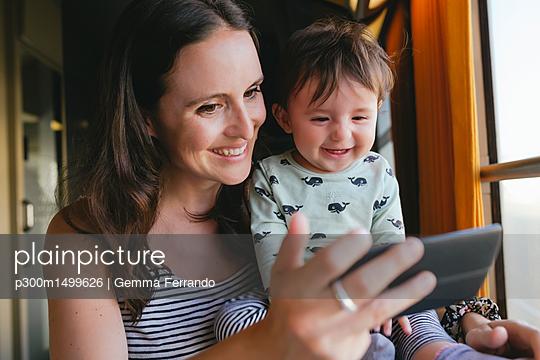 plainpicture | Photo library for authentic images - plainpicture p300m1499626 - Happy mother and baby girl ... - plainpicture/Westend61/Gemma Ferrando