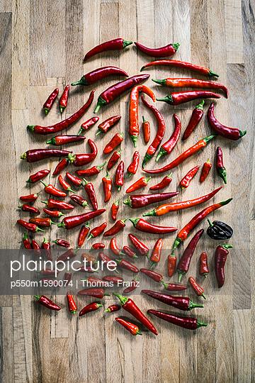 Chilis auf dem Küchentisch - p550m1590074 von Thomas Franz