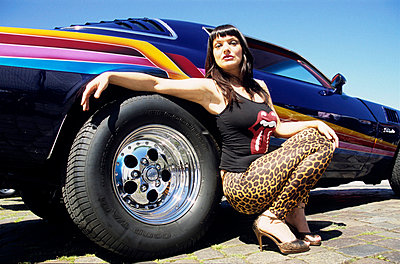 Frau hockt sexy am Auto - p0452166 von Jasmin Sander