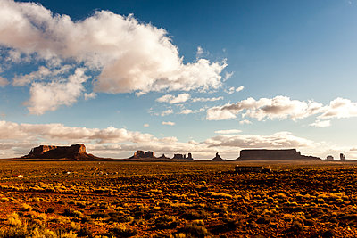 Monument Valley against sky on sunny day - p1094m1209077 by Patrick Strattner