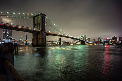 New York, United States Brooklyn bridge - p300m2155675 von Oscar Carrascosa Martinez