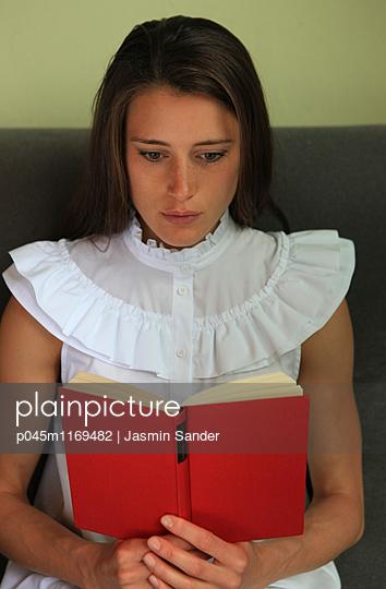Frau liest spannendes Buch  - p045m1169482 von Jasmin Sander