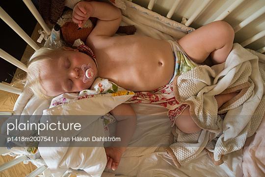 Kleiner Junge schläft im Kinderbett - p1418m2007541 von Jan Håkan Dahlström