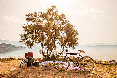 Croatia, Dalmatia, Picnic at the seaside, bike in foreground - p1026m762658f by Dario Secen
