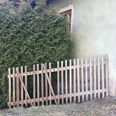 Lattenzaun vor einem Wohnhaus - p1401m2160939 von Jens Goldbeck