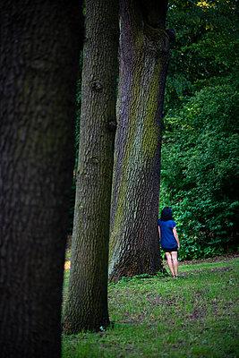 Frau mit 3 Bäumen - p1509m2116753 von Romy Rolletschke