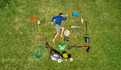 View from above of a gardener in laying on the grass with all the tools he need for take care of garden - p300m2156756 by Veam