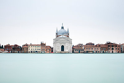 Long exposure image looking across Canale Della Giudecca towards Chiesa del Santissimo Redentore Giudecca, Venice, UNESCO World Heritage Site, Veneto, Italy, Europe - p871m1506617 by Lee Frost