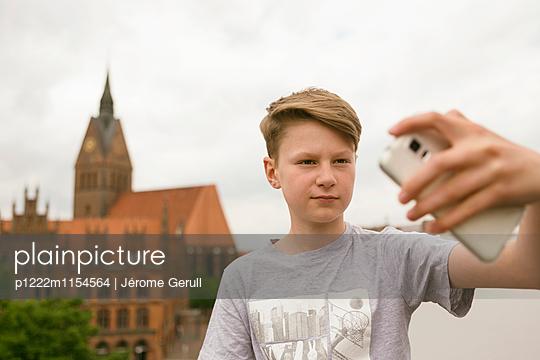 Junge vor einer Kirche - p1222m1154564 von Jérome Gerull