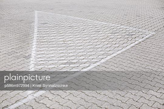 Weiß markierte Fläche auf Kopfsteinpflaster - p586m972994 von Kniel Synnatzschke