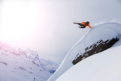 Low angle view of a skier jumping in air against the clear sky - p1025m788854f by Nicklas Blom