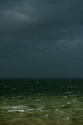 Gewitterwolken an der Küste - p1132m1424053 von Mischa Keijser
