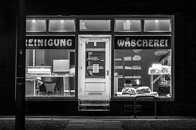 Laundry, vintage shop, Hamburg - p1686m2288528 by Marius Gebhardt