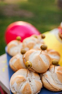 Tuna and olive sandwiches - p300m1189083 by Valentina Barreto