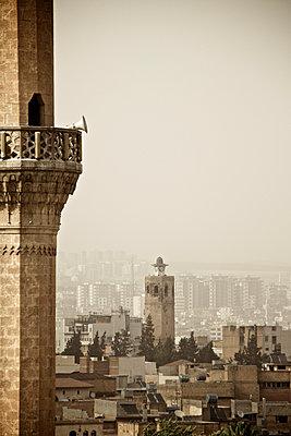 Minarett mit Lautsprecher, Blick auf die Pilgerstadt Sanliurfa, Türkei - p586m971423 von Kniel Synnatzschke