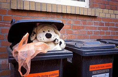 Bewohnte Mülltonne - p1080220 von Thomas Kummerow