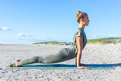 Yoga at the beach - p1678m2258849 by vey Fotoproduction