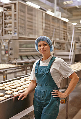 Employee in an industrial bakery - p390m881082 by Frank Herfort