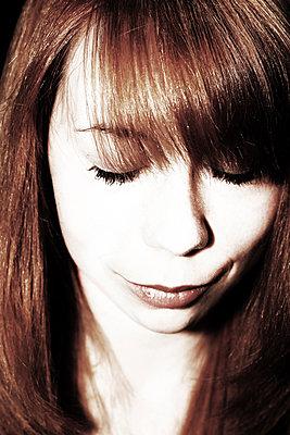 Junge Frau mit geschlossenen Augen    - p450m1466402 von Hanka Steidle