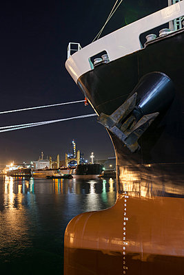 Ships moored at commercial dock at night - p555m1305221 by Tom Paiva Photography